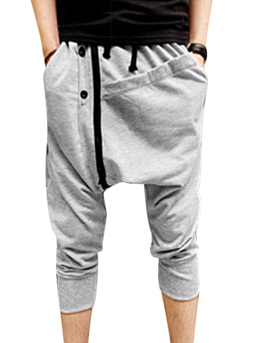Men Double Pockets Front Buttons Decor Capris Harem Pants Light Gray W30