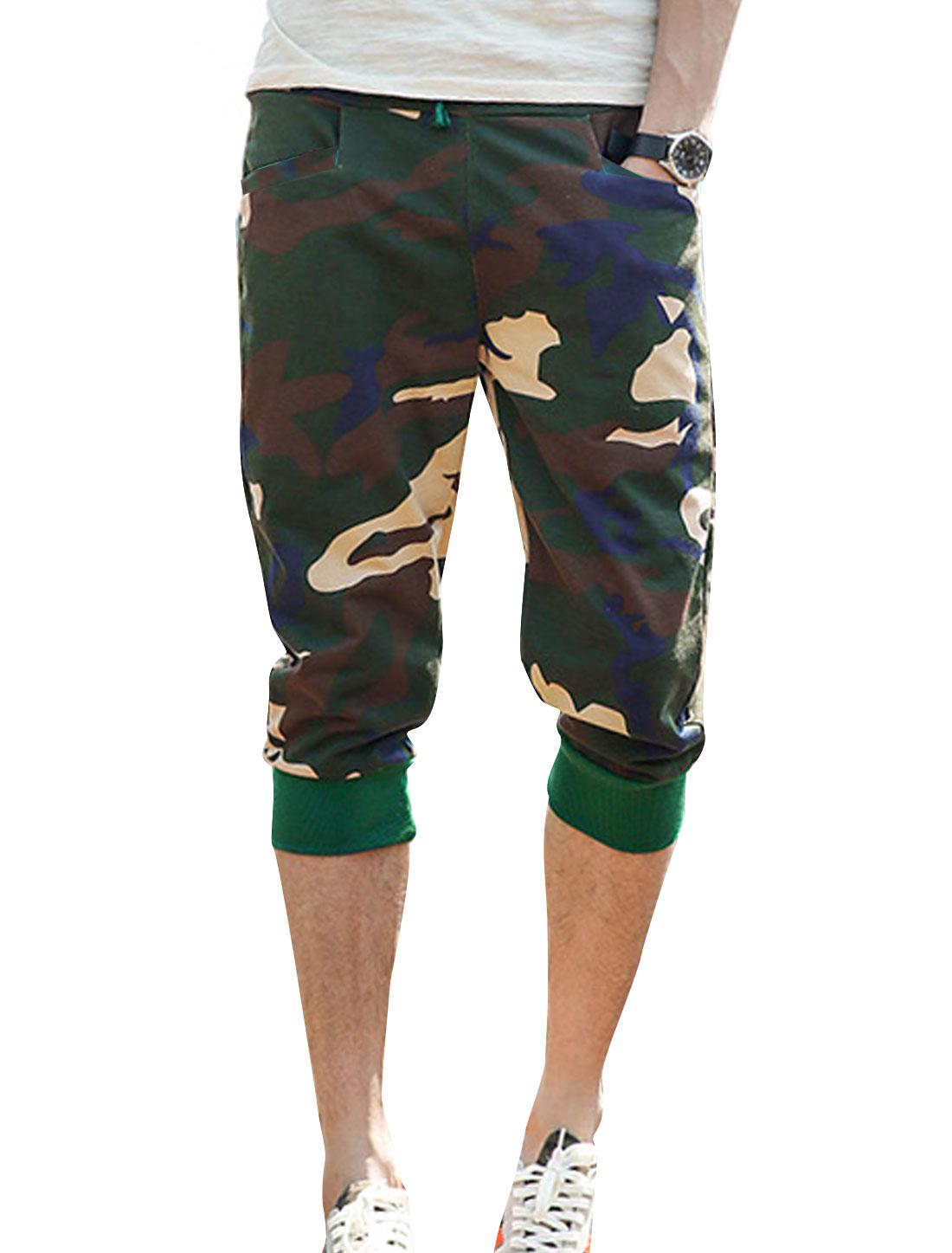 Men Camouflage Pattern Elastic Waist Two Slant Pockets Capri Pants Army Green W30
