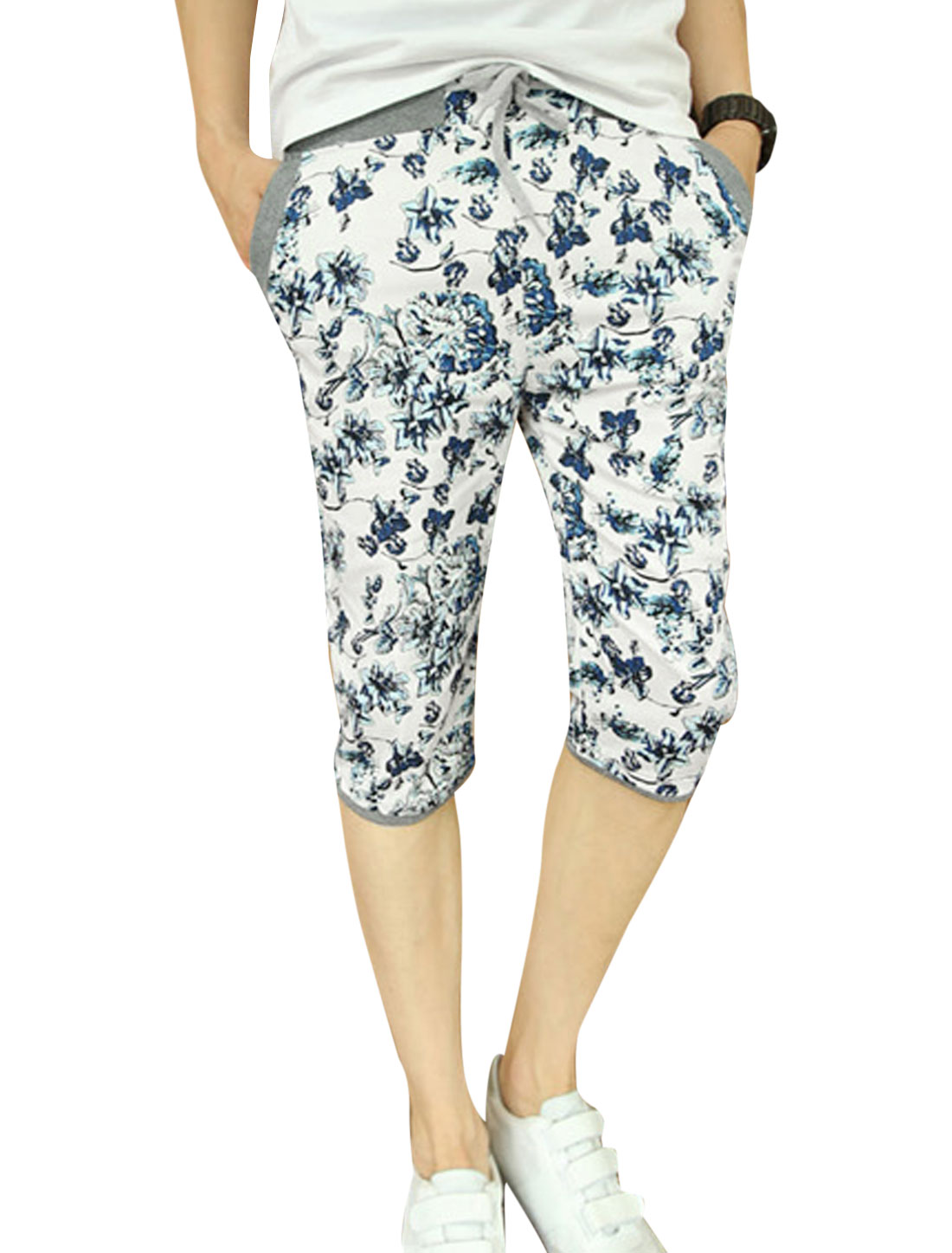 Men Flower Pattern Elastic Waist Two Slant Pockets Slim Capri Pants Blue White W28