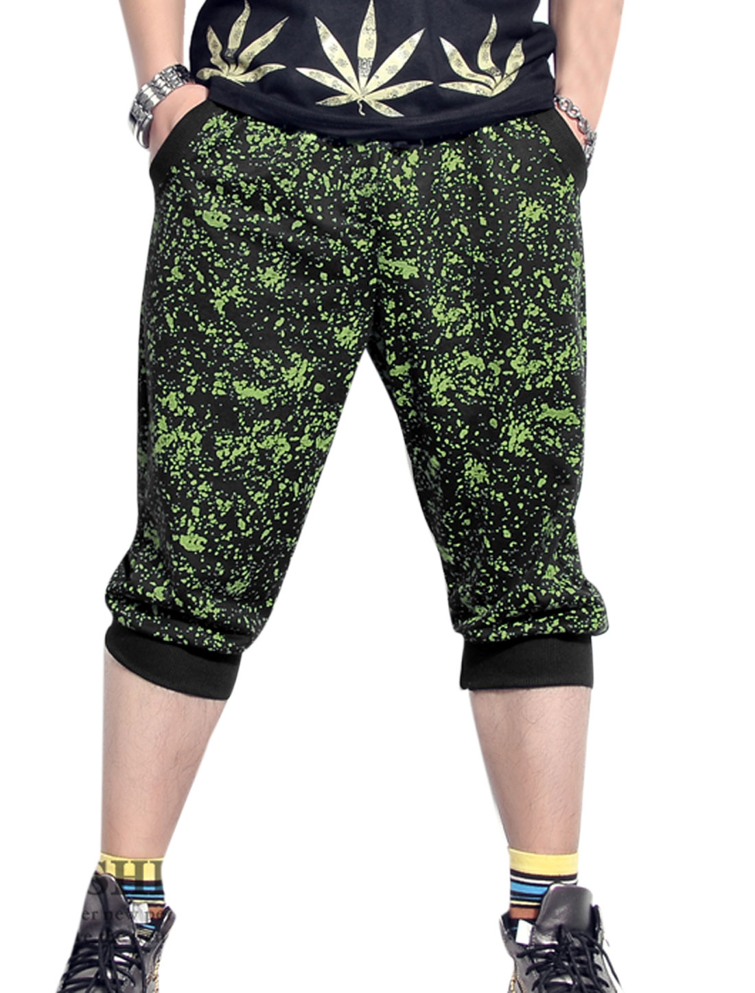 Men Dots Printed Ribbed Cuffs Loose Fit Capris Pants Green Black W30