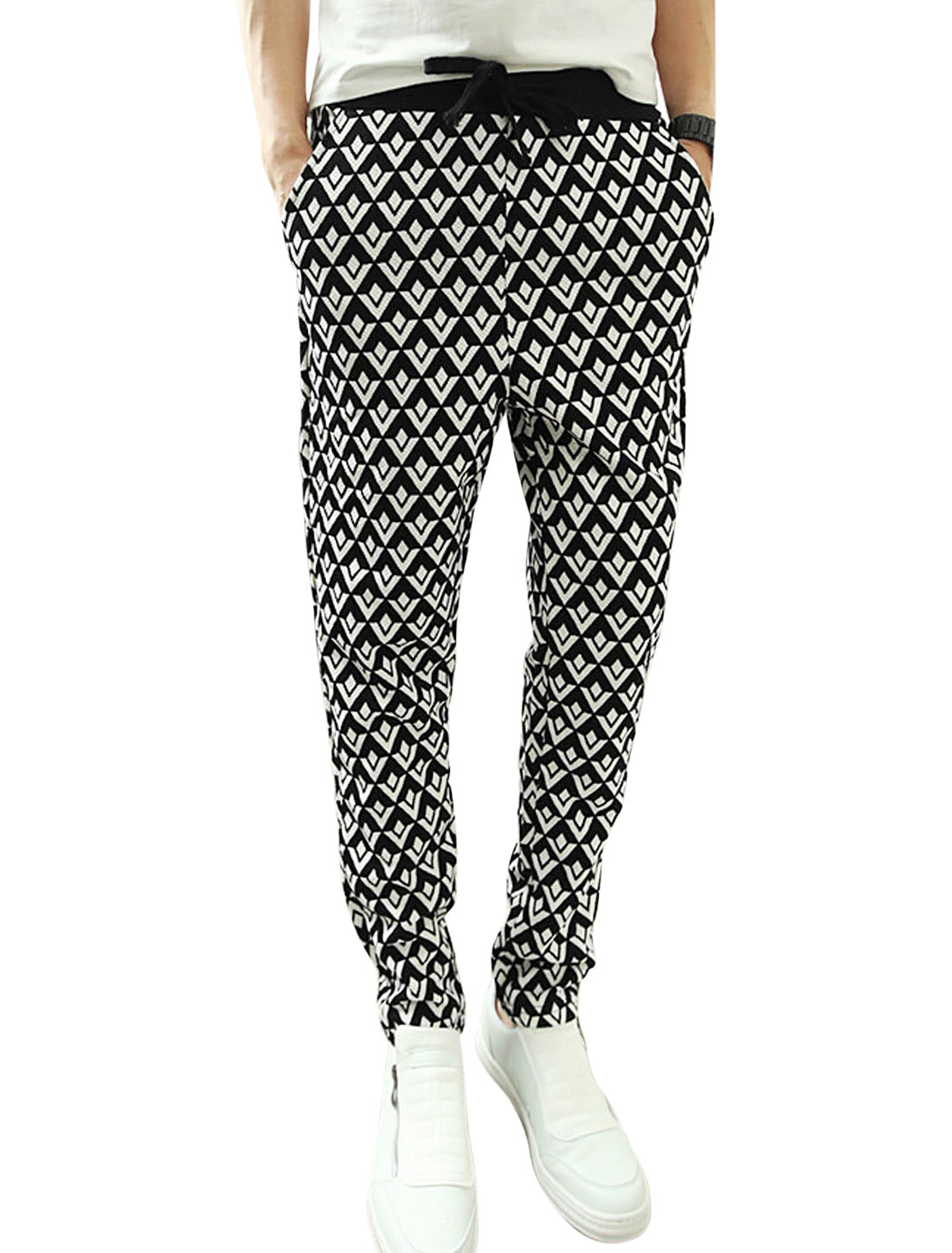 Men Contrast Color All Over Geometric Print Casual Textured Pants Black White W30